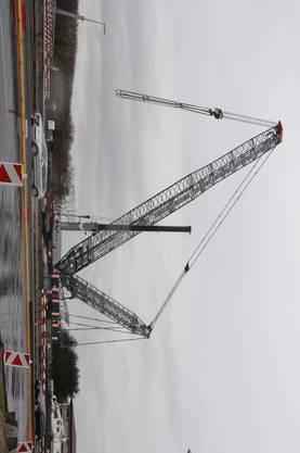 Der Raupenkran wird nun noch die rund 150 Tonnen schweren Stahlträger ausheben.