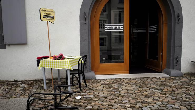 Im Museum Baselland fliegen momentan die Fetzen.