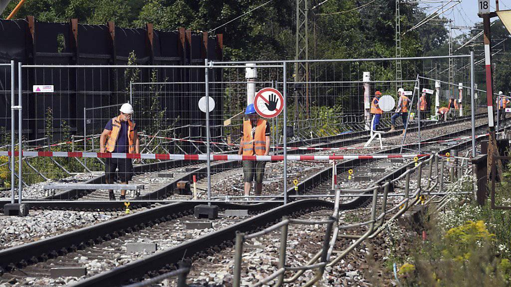 Die Sperrung zwischen Baden-Baden und Rastatt auf der wichtigen Rheintalbahnstrecke wird früher als geplant aufgehoben. Ab 2. Oktober soll der Verkehr wieder rollen. (Archivbild)