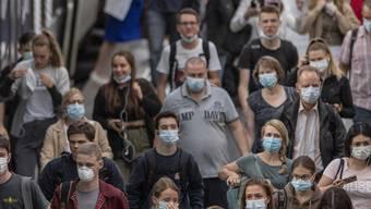 Pendler mit Masken im Bahnhof Luzern