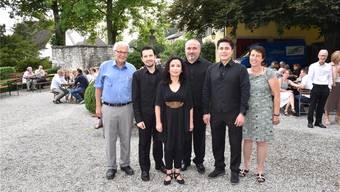Vor dem Konzert im Blumensteinhöfli, als es noch trocken war. (v.l.) Kurt Fluri, Juan Pablo Marin, Poldy Tagle (Pianistin), Ivan Yankov, Rubén Mora (Sänger) und Denise Fluri vor dem Konzert. Das Konzert wurde im Haus durchgeführt.