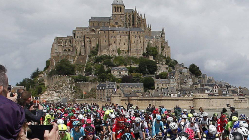 Die Tour de France - hier vor zwei Wochen am Start der Rundfahrt in Mont-Saint-Michel - ist ein riesiges Spektakel