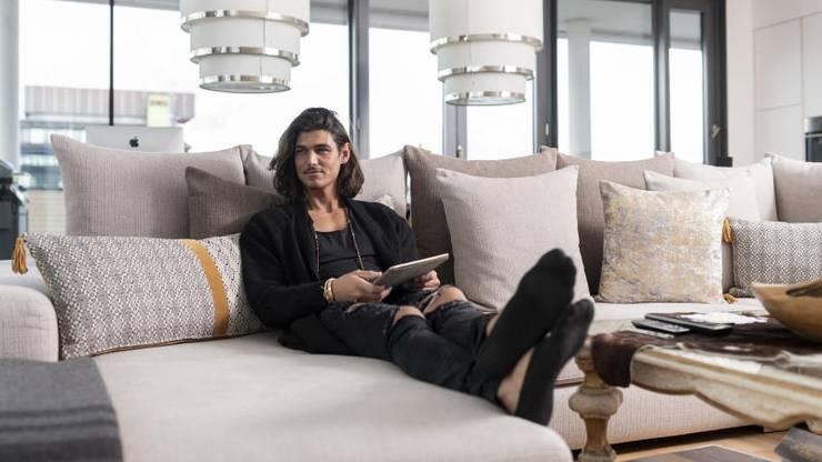 Lieblingsort Sofa: Die 4,5-Zimmer-Wohnung von Bachelor Patric Haziri ist elegant, schlicht und sehr aufgeräumt.
