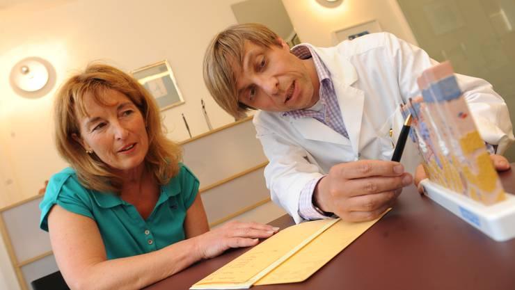 Sprechstunde: Der Dermatologe Oliver Philipp Kreyden zeigt einer Patientin den Aufbau der Haut an einem Modell.