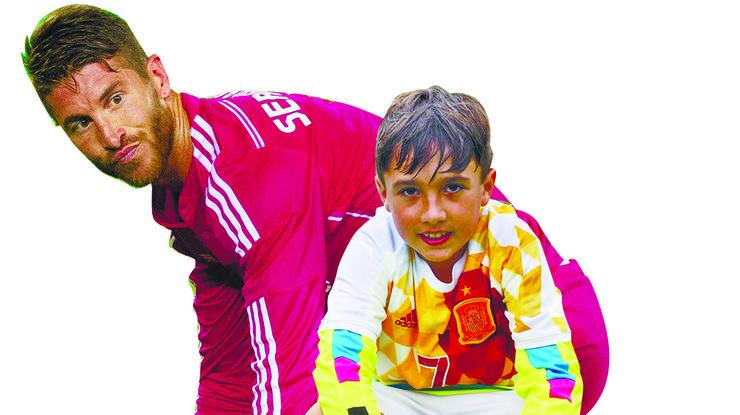 Das grosse Idol von Raul ist Fussballer Sergio Ramos, der schon seit 2005 in der Spanischen Nationalmannschaft spielt und beim prestigeträchtigen Real Madrid unter Vertrag ist. «Er ist immer sehr motiviert und kämpft stets bis zum Schluss», sagt der 10-Jährige begeistert. Auch er möchte einmal ein grosser Fussballstar werden. Seit fünf Jahren spielt er schon beim FC Oetwil-Geroldswil und liebt den Sport. Egal, ob es Katzen regnet oder tropisch heiss ist, Raul freut sich immer auf die Trainings in der Sportanlage Werd. Das Durchhaltevermögen seines Idols motiviert ihn, selbst hart an sich zu arbeiten. Auf die diesjährige Fussball-EM freut sich Raul. Obwohl sein Idol in der Verteidigung spielt, ist Raul überzeugt, dass er viele Tore schiessen wird. «Ich erwarte von Sergio Ramos, dass er während der EM sieben Goals schiesst.» Viele Fussballspieler haben ein Ritual, dass sie nach einem Torerfolg durchführen – nicht aber Sergio Ramos. «Er ist eher bescheiden. Natürlich freut auch er sich, wenn er ein Tor schiesst, aber er macht dann keine komischen Faxen.» Ramos renne dann einfach einige Runden auf dem Fussballplatz. Da Raul schon einige Jahre Fussball spielt, kann er seine Stärken gut einschätzen. «Am besten kann ich präzise Pässe spielen, was im Fussball auch etwas vom Wichtigsten ist.» Neben Sergio Ramos hat er noch ein zweites Idol. «Cristiano Ronaldo kann den Ball so gut führen, ohne ihn zu verlieren.» Seine Dribbling-Fähigkeiten müsse er selbst noch ein bisschen verbessern. «So gut wie Ronaldo kann das niemand. Eines Tages möchte ich auch so flink sein wie er», sagt Raul begeistert. (Aik)