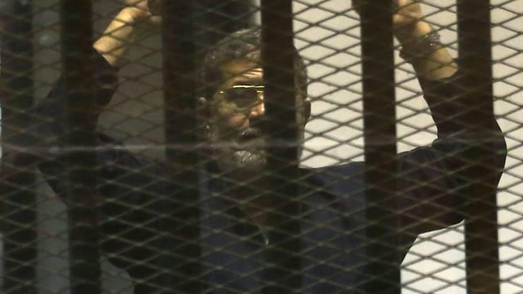 Vom Präsidenten zum Todeskandidaten: Mohammed Mursi beim Prozess in Kairo