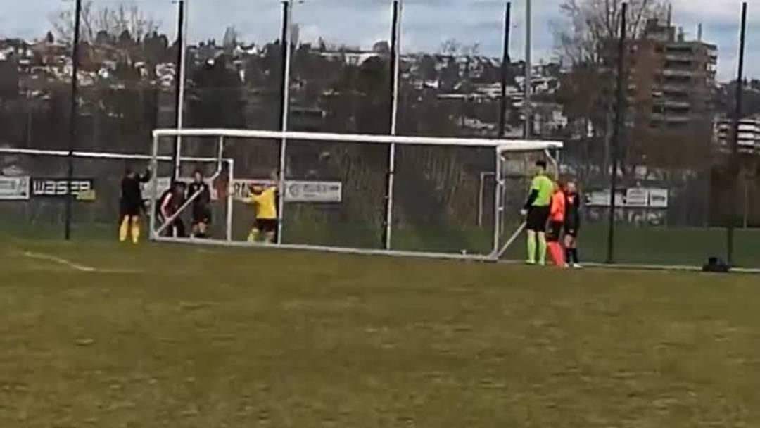 Hier sehen Sie, wie die Spielerinnen gemeinsam mit dem Schiedsrichter das Tor der Aarauerinnen wieder aufrichtet