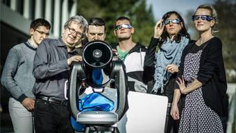 Professor André Csillaghy mit seinen Studenten beim Campus der Fachhochschule Nordwestschweiz:Das Teleskop wird auch am Freitag auf die Sonne gerichtet sein, wenn der Mond sie zum Teil verdeckt.