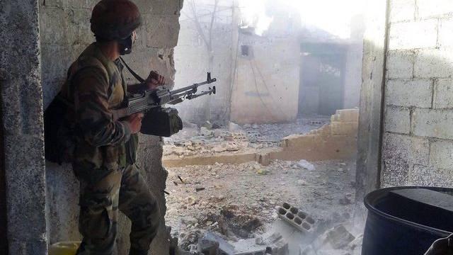 Ein syrischer Soldat im Häuserkampf