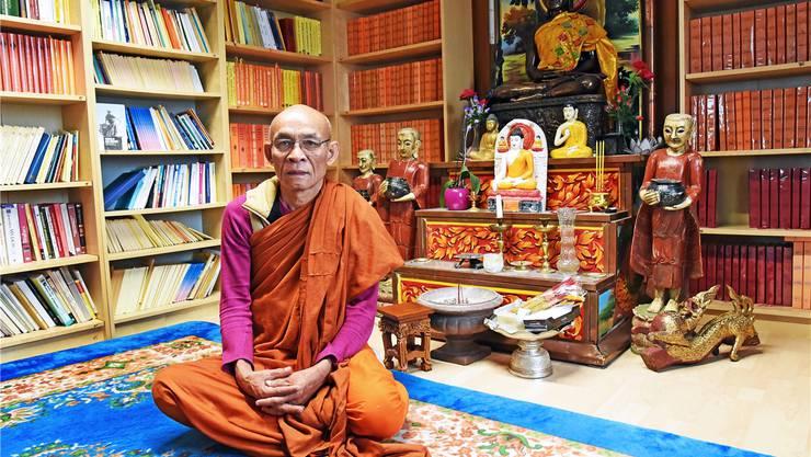 Der buddhistische Mönch Viseth Thang vor seiner Bibliothek im Khmer-Kulturzentrum in Walterswil.