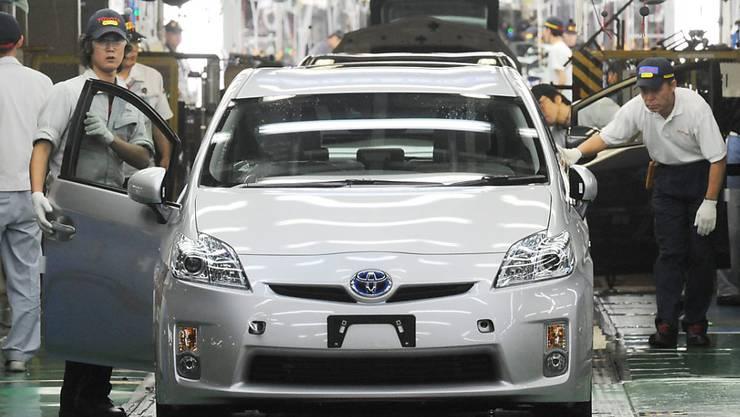 """Der Hybrid-Auto-Pionier Toyota  (im Bild die Montage des Hybrid-Modells """"Prius"""") will jetzt den Verkauf von Elektroautos forcieren. (Archivbild)"""