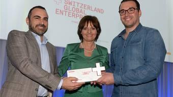 Maurizio Floccari (l.) und Cemal Cattaneo von «Ppura» mit Ruth Metzler, Verwaltungsratspräsidentin von S-GE.