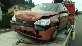 Der 28-jährige Schweizer geriet auf die Gegenfahrbahn und stiess dort heftig mit einem entgegenkommenden Opel zusammen.