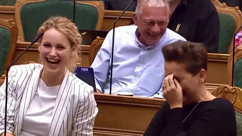 Dänisches Parlament lacht