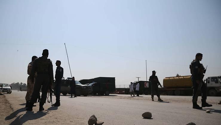 Sicherheitskräfte sichern die Strasse, die zum Ort des Anschlags in Dschalalabad führt.