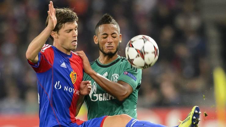 Valentin Stocker (links) im Duell mit Schalkes Dennis Aogo.