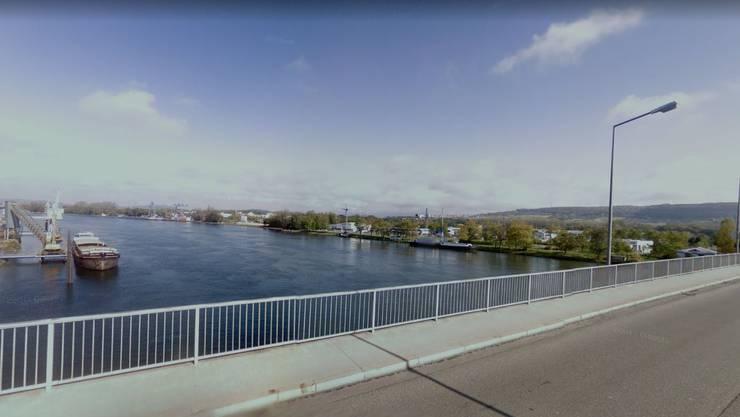 Das Schiff krachte in die Palmrainbrücke, die Weil am Rhein mit Huningue verbindet.