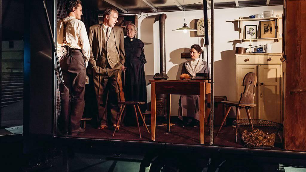 """Andri Schenardi, Michael Wolf, Suly Röthlisberger und Barbara Heynen (v.l.n.r.) spielen im Stadtmuseum Aarau das Sozialdrama """"Marie und Robert"""" von Paul Haller. Premiere war am 2. Mai 2017."""
