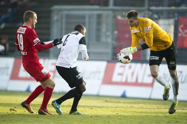 Christian Schneuwly vom FC Thun, links, gegen Kim Jaggi, Mitte, und Goalie Joel Mall vom FC Aarau.