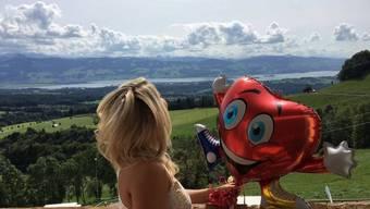 Beatrice Egli und ihr neuer ständiger Begleiter Rüdiger geniessen vor der Show die schöne Aussicht. (Instagram)
