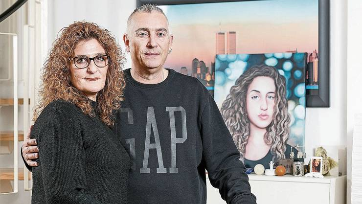 Nadya und Candid Pfister vor einem Bild ihrer verstorbenen Tochter in ihrer Wohnung. Für ihren Kampf gegen Cybermobbing werden die beiden mit der Auszeichnung «Prix Courage» geehrt.