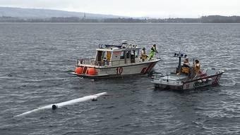 Die Seerettung birgt ein gekentertes Ruderboot auf dem Zugersee.