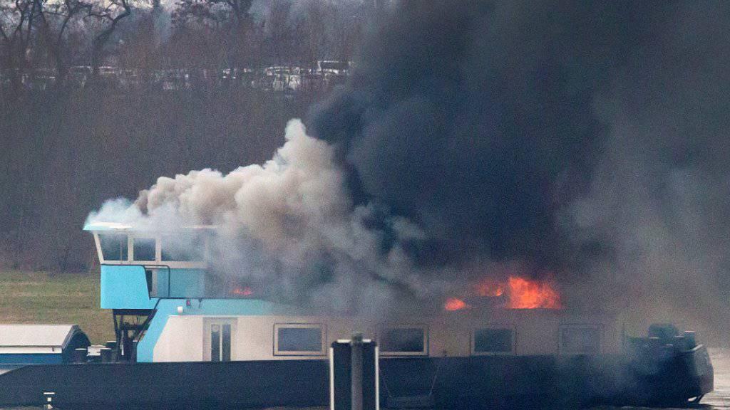 Feuer auf dem Rhein: Das mit Kohle beladene Frachtschiff bei Duisburg.