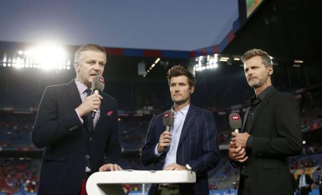 Rainer Maria Salzgeber ist vor allem als Sportjournalist bekannt. Hier im Gespräch mit Experten Raphael Wicky (M.) und Alain Sutter (r.).