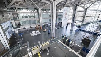 Blick in die leere Abflughalle des Euro-Airports. Am 30. März stellte Platzhirsch Easy Jet den Flugbetrieb komplett ein, schon zuvor waren viele Jets beinahe leer abgehoben.