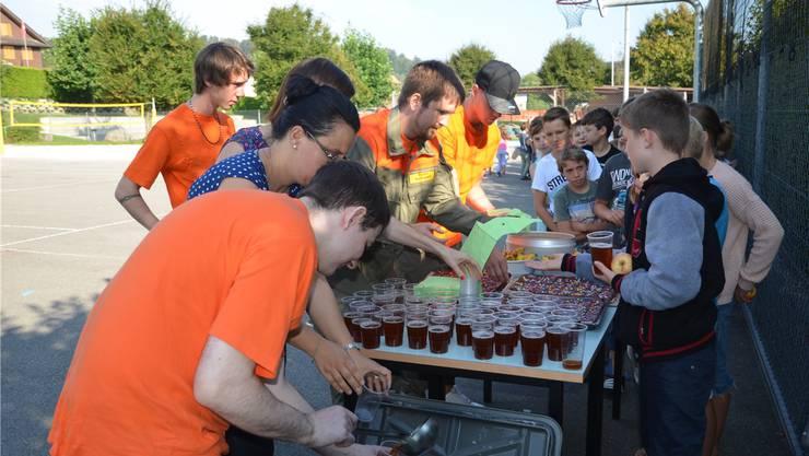 Florian Stadelmann, Lukas Iten und Raphael Nietlispach versorgen die Kinder in derPause mit Getränken und einer Zwischenverpflegung. Eddy Schambron