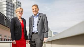 Die Unternehmer Silvia Huber und Hans-Jörg Bertschi auf dem Balkon der Geschäftsstelle der Aargauischen Industrie- und Handelskammer beim Gespräch mit der AZ