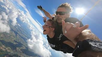Miss Bern beim Erstabsprung Tandemfallschirm