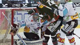 David Aebischer kassiert das 0:1 durch Fribourgs Tristan Vauclair