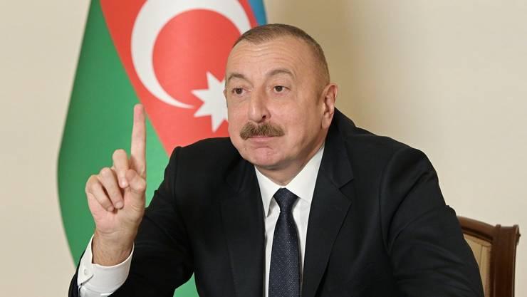 Aserbaidschans Präsident Ilham Alijew mit triumphaler Geste: Unter russischer Vermittlung wurden die Kriegshandlungen mit Armenien für beendet erklärt.