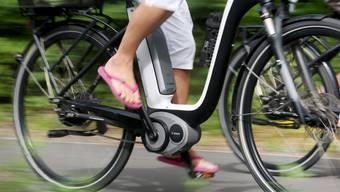 Eine 72-jährige Frau hat sich bei einem Sturz mit ihrem E-Bike Verletzungen zugezogen. (Symbolbild)