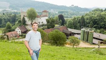 Landwirt Manfred Streit fürchtet, dass sein Hof (unten im Bild) leiden wird, wenn Schloss Wildenstein durch die Umzonung öffentlich zugänglich wird.