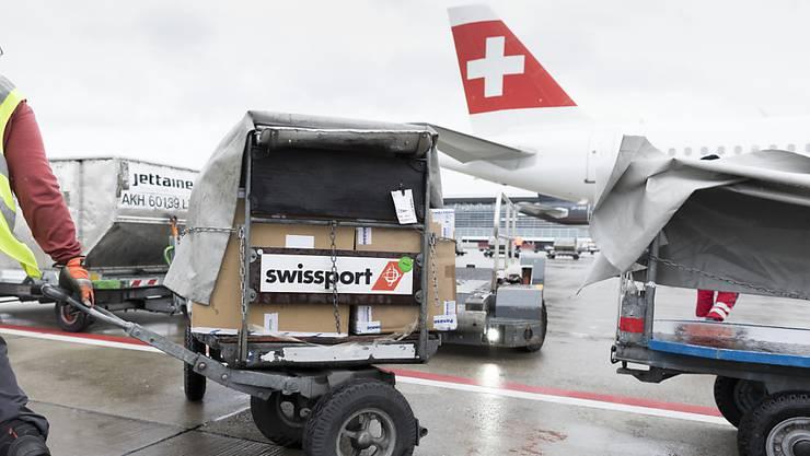 Die Coronakrise stürzte die Bodenabfertigung Swissport in die Krise. Kantonsräte von links-grüner Seite wollen bei der eventuell notwendigen Auffanggesellschaft mitreden. (Symbolbild)