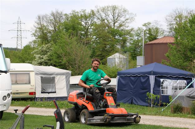 Alf Hesse, Betreiber des Campingplatzes Möhlin, hält das Gras der Stellplätze kurz.