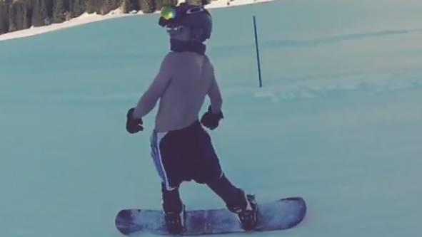 Madonnas Sohn Rocco beim «Oben-Ohne-Snowboarden» in Gstaad. (Screenshot Instagram)