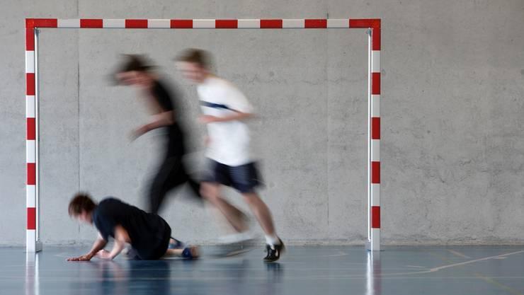 Ziel des neuen Schulsportplans: Die Lernenden sollen auch für Sport ausserhalb der Berufsschule motiviert werden. (Keystone/MARTIN RUETSCH)