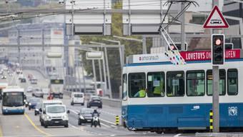 Der öV scheint in der Schweiz das Rennen gegen das Auto zu verlieren: 2017 ist die Nutzung von öffentlichen Strassenverkehrsmitteln erstmals seit zehn Jahren leicht zurückgegangen. Derweil überschritt der motorisierte Privatverkehr erstmals die 100-Milliarden-Kilometer-Grenze. (Archivbild)