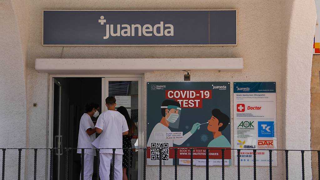 Ein Corona-Testzentrum in der Nähe des Strandes von Arenal auf Mallorca. Die Balearen haben so viele Neuinfektionen innerhalb eines Tages wie noch nie seit Ausbruch der Pandemie verzeichnet.