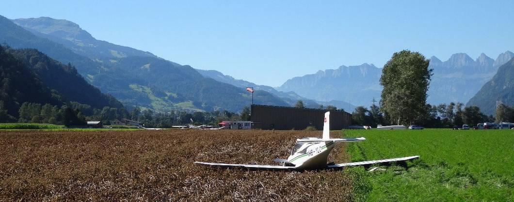 Das notgelandete Flugzeug von Walter K. auf dem Acker vor Bad Ragaz.