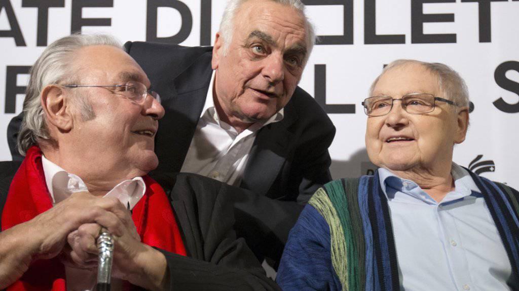Paul Riniker (M) mit seinen beiden «Usfahrt Oerlike»-Darstellern Mathias Gnädinger (l) und Jörg Schneider (r), die beide 2015 gestorben sind. An Weihnachten musste Riniker befürchten, den beiden zu folgen (Archiv Januar 2015).