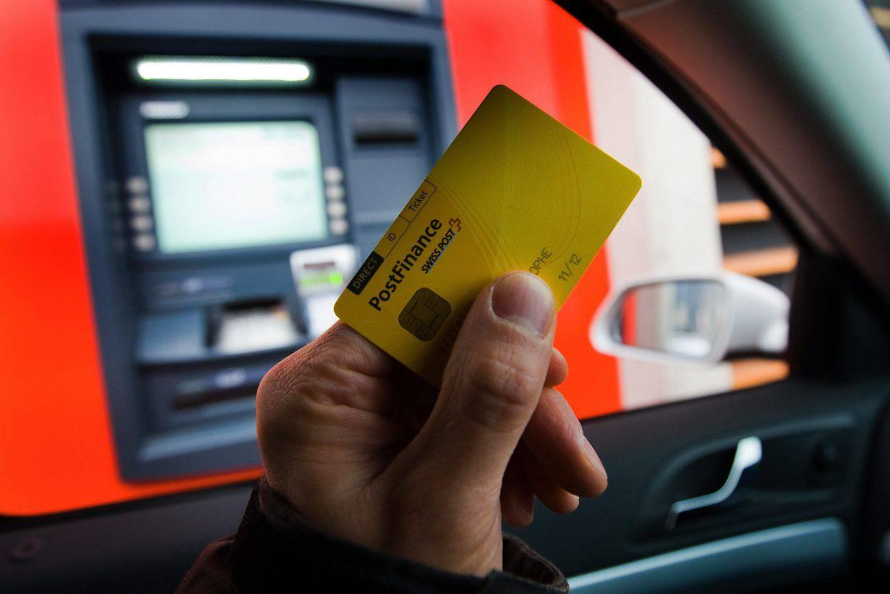2017 ist die Benutzung von Bankomaten nicht mehr als dem Alltag wegzudenken. Seit 2010 gibt es sogar Drive-in Bankomaten. (© Keystone)