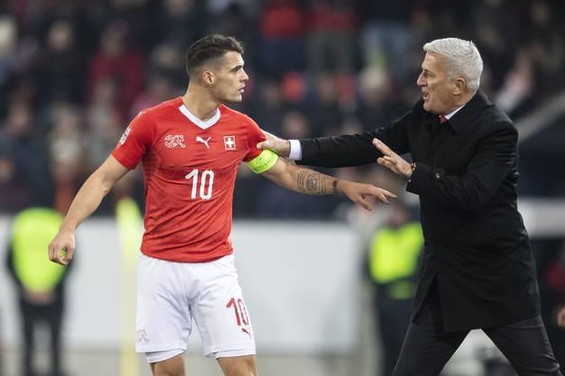 Weitere Szenen von Petkovic vom Belgien-Spiel: Hier gibt er Granit Xhaka Anweisungen.