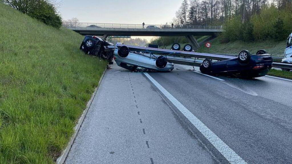 Der mit zwei Autos beladene Anhängerzug überschlug sich auf der A12 bei Matran.