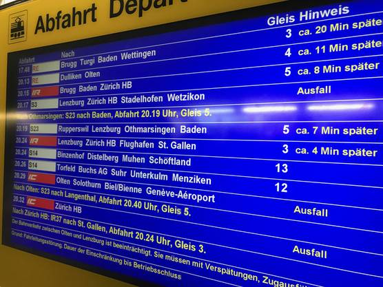 Auch nach 20 Uhr herrscht am Bahnhof Aarau noch Chaos.