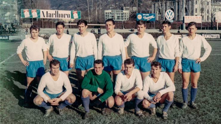 1966 traf Turgi im Cup-Sechzehntelfinal im Stadion Cornaredo auf den NLA-Verein FC Lugano. Goalie Kurt Zimmermann (unten, 2. von links) schaffte es in der Zeitung «Sport» ins Team der Woche.Fotos: ZVG