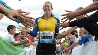 Stabhochsprung-Weltmeisterin Fabiana Murer zeigte sich gut gelaunt und hatte keine Berührungsängste mit den Kindern.
